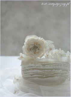 Elegancki tort w bieli