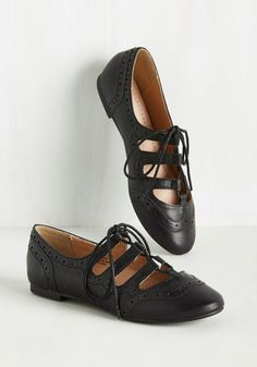 Vintage Shoes Waltz the Latest? Flat in Black. Every afternoon spent in these vegan faux-leather flats by Restricted is an afternoon spent dancing. Oxford Shoes Outfit, Oxford Flats, Casual Shoes, 1960s Fashion, Vintage Fashion, Women's Fashion, Cute Shoes, Me Too Shoes, Vintage Shoes
