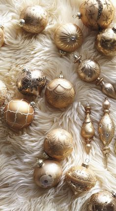Festively radiant gradations of gold, ranging from classic copper to on-trend rose gold, make an elegant palette for our handcrafted Shades of Gold 60-piece Ornament Collection.