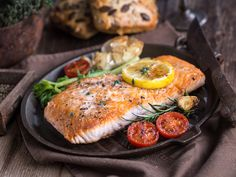 This easy and delicious recipe for roasted salmon fillets results in tender and moist fish. Use only six ingredients to serve a great dinner entree. Salmon Fish Recipe, Salmon Food, The Science Of Cooking, High Protein Diet Plan, Protein Diets, Oven Roasted Salmon, Grilled Salmon, Pescatarian Diet, How To Cook Fish