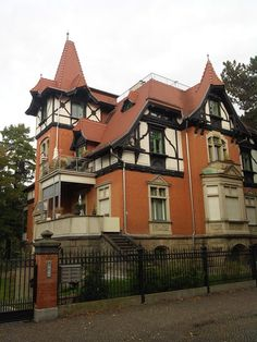 Traumhaft schöne Villa im alten Ortskern von Leipzig-Eutritzsch (Gräfestraße).  Da könnte man glatt schwach werden und versucht sein, die Bewohner zum eigenen Vorteil zu vergraulen. ;-)