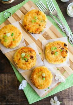 Lovely Cheesy Mashed Potato cakes that are soft from the inside, but golden and crispy from the outside! Mashed Potato Cakes, Cheesy Mashed Potatoes, Baked Potatoes, Easy Toddler Meals, Kids Meals, Toddler Food, Baby Food Recipes, Snack Recipes, Cooking Recipes