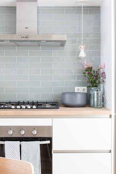 Nesta cozinha, a parede azul traz suavidade ao décor (Foto: Vtwonen / divulgação) Grey Kitchens, Cool Kitchens, Kitchen Grey, Modern Kitchens, Country Kitchen, Home Decor Kitchen, Interior Design Kitchen, Green Subway Tile, Green Tiles