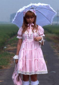 Momoko (Kyoko Fukada) pasea con su traje rococó por un Japón rural de todo a 100 que la observa incrédulo, como si fuera un ser venido de otra galaxia.