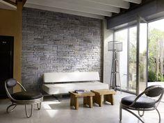 Grâce à son esprit brut aux lignes maîtrisées, le parement Rocky-Mountain d'Orsol permet des réalisations contemporaines, aussi bien à l'intérieur qu'à l'extérieur de la maison.