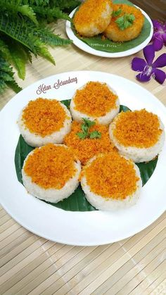 Indonesian Desserts, Asian Desserts, Indonesian Food, Savory Snacks, Snack Recipes, Cooking Recipes, Nasi Bakar, Traditional Cakes, Food Decoration
