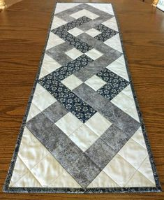 Patchwork Table Runner, Table Runner And Placemats, Quilted Table Runners, Quilted Table Runner Patterns, Table Topper Patterns, Plus Forte Table Matelassés, Quilted Table Toppers, Star Quilt Patterns, Easy Quilts