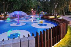 #URBANISMO - Juego, luz, acción  Un espacio lúdico urbano diseñado por el estudio polaco RS+  y situado en la rivera del río Gostynia, en la ciudad de Tychy. Un parque acuático para niños durante el día y una fuente iluminada por la noche: así es Water Playground.