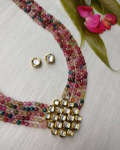 Jewelry OFF! Tourmaline shades with kundan stones. Pearl Necklace Designs, Jewelry Design Earrings, Gold Earrings Designs, Bead Jewellery, Beaded Jewelry, Beaded Necklace, Diy Jewelry, Necklaces, Indian Necklace