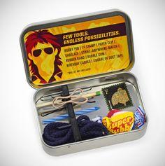 De Action Hero Toolkit van IFixIt bevat eigenlijk alle benodigdheden om alles wat kapot is te maken. Tenminste, als je MacGyver heet… Voor een bedrag van net geen zes dollar krijg je een haarspeld, een elastiekje, een schoenveter, een paperclip, een stukje tape, een postzegel en een kauwgombal.