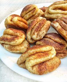 """Škoricové """"papule"""" či ako to mám nazvať 😂 inšpirovala som sa na jednom profile poľskej dievčiny tým skladaním cesta 😍 Cesto je úplne iné… Sweet Desserts, Cinnamon Rolls, Valspar, Tart, French Toast, Food And Drink, Pie, Bread, Cookies"""