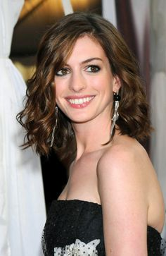 We love wavy bob hairstyles! Grab your texture tools and primping products and join us as we ride the waves of these stunning wavy bob hairstyles. Wavy Lob, Short Wavy Hair, Wavy Bob Hairstyles, Bob Haircuts, Dull Hair, Hair Pictures, Hair Looks, Curly Hair Styles, Anne Hathaway