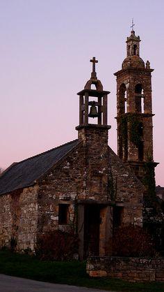 CHAPELLE DE LANVOY XI ème,XVI ème XVIII ème siècles  Il s'agit vraisemblablement d'une fondation monastique liée à l'évangélisation de la région. Au XIe siècle, ce lieu, possession de Landévennec, s'appelle Lan Voe, de lann, ermitage. Il est dédié à saint Moe. Plus tard, il est appelé Lopoyen, qui vient de loc, lieu consacré, et de saint Oyen, qui est en fait saint Bodian. La chapelle, siège d'une ancienne trève d'Hanvec, subit de nombreuses transformations au cours de son histoire. Au XVIe…