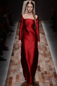 Explore the world of Valentino for women. Shop all accessories, including Valentino bags and shoes at Farfetch. Renaissance Mode, Renaissance Fashion, High Fashion, Fashion Show, Fashion Design, Fashion Moda, Style Fashion, Dark Red Wedding, Budget Fashion