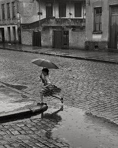 German Lorca - Menina na Chuva, 1951 Summer rain running with umbrella. Walking In The Rain, Singing In The Rain, Rainy Night, Rainy Days, Rainy Mood, Rainy Weather, Stil Inspiration, I Love Rain, Andre Kertesz