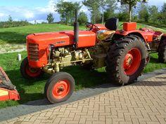 Zetor a Czech tractor Badge Creator, Antique Tractors, Heavy Equipment, Old Cars, Old And New, Retro, Vehicles, Opera, Irish