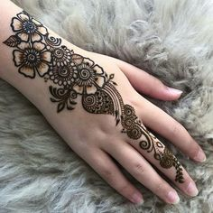 Most Amazing Floral Mehndi Design Mehndi henna designs are always searchable by Pakistani women and girls. Women, girls and also kids apply henna on their hands, feet and also on neck to look more gorgeous and traditional. Latest Arabic Mehndi Designs, Mehndi Designs 2018, Modern Mehndi Designs, Mehndi Design Pictures, Beautiful Mehndi Design, Mehandi Designs, Latest Mehndi, Geometric Designs, Floral Henna Designs