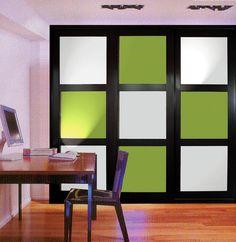 Armario empotrado con puertas correderas, perfiles de madera maciza y paneles lacado combinado colores.
