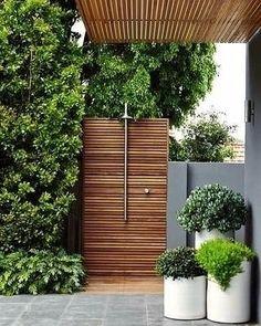Desejo de verão: uma ducha deliciosa ao ar livre, como esta, para se refrescar no fim de tarde. Quem quer? Domino Mag#revistacasaclaudia #decor #casa #house #home #verao #summer #outdoor #verde #natureza #green