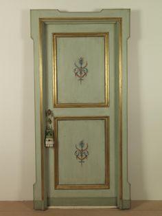Riproduzione di una porta del '600 con cornici a foglia d'oro e dipinto raffigurante motivo floreale, realizzata in pioppo.