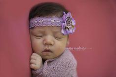 Estudio de fotos de recién nacido. Newborn photoshoot. Cute flower headband. Baby Girl. Pink and Purple