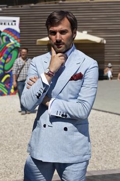 The light blue summer suit - double breasted, with patch pockets & heavy pick stitching Blue Summer Suit, Summer Suits, Street Style Trends, Street Style Summer, Mature Mens Fashion, Look Man, Tuxedo Dress, Pitta, Gentleman Style