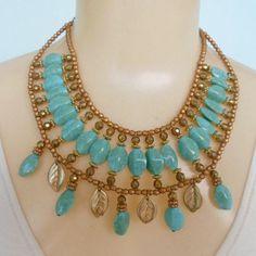 Maxi colar feito com resinas azul  abs e fio de aço dourado. R$ 12,00