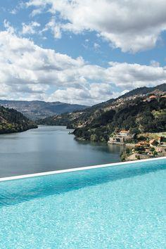 Há piscinas que terminam com paisagens até perder de vista, como esta do Douro Royal Valley. Apaixone-se por estes lugares! #viaverde #viagensevantagens #Portugal #verão #piscinas
