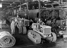 This had to be the line end at ACs Springfield Ill. Antique Tractors, Old Tractors, Mining Equipment, Heavy Equipment, Ford Bronco 1996, Caterpillar Equipment, Allis Chalmers Tractors, Crawler Tractor, Chenille