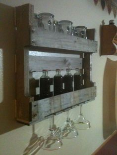 Mini pallet bar But for coffee bar! Mini Pallet, Bar Pallet, Outdoor Pallet Bar, Diy Pallet Bed, Wooden Pallet Projects, Diy Pallet Furniture, Pallet Ideas, Pallet Wine, Diy Projects