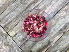 Een lekker koolhydraatarm voor- of bijgerecht, een rode bieten salade. De winter nadert en dat betekent dat we weer kunnen genieten van allerlei heerlijke wintergroenten. Vandaag heb ik gekozen voor een salade met daarin rode bieten verwerkt.