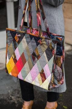 PlumEasy Dancing Diamonds Gem Bag Open Top Tote Handbag Colorway TwoEnter for your chance to win 1 Dancing Diamonds Gem Bag Pattern. The deadline to enter is April 2017 at p.FaveQuilts - of Free Quilt Patterns Quilted Tote Bags, Patchwork Bags, Quilted Handbags, Diy Sac, Fabric Bags, Fabric Basket, How To Make Handbags, Handmade Bags, Tote Handbags