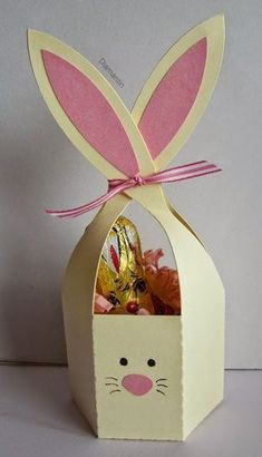 DieseOsterhäschen sind soo süß. Die Schneidedatei ist aus dem Sil-Store: bunny ears treat container Bunny Crafts, Easter Crafts For Kids, How To Make A Gift Bag, Box Bunny, Easter Table Decorations, Paper Crafts Origami, Cute Box, Shower Banners, Easter Printables