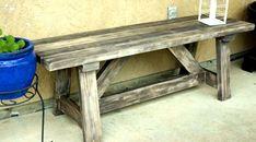 Klassiskt lantlig romantik på denna träbänk, som kan användas både som sittbänk och som avlastningsbord ute.