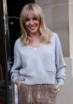 Kylie Minogue Hair, Kylie Hair, Blonde Layered Hair, Blonde Layers, Melbourne, Medium Hair Cuts, Medium Hair Styles, Lovely Dresses, Beautiful Outfits