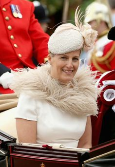 In two days, the Countess of Wessex will celebrate its 15th anniversary. In recent years, the wife of Prince Edward sometimes surprised by his audacity clothing especially at his hats. Here is the outfit she wore the day of the ceremony of the Order of the Garter at Windsor. (Copyright photo: getty images)