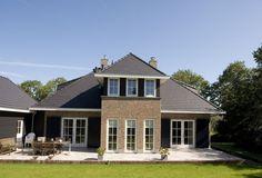 Villa De Bongherd met gepotdekselde delen en fraaie luiken.