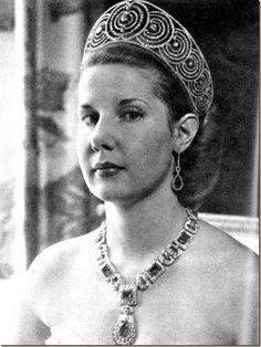 La Duquesa de Alba, con su Tiara Rusa, procedente de la Casa de Híjar, y un collar que creo que es de zafiros
