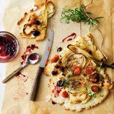 Hunajalla karamellisoitujen fenkolien, aniksen ja yrttien maustama ohuenohut piiras tarjoaa pizzanrakastajalle säkenöivän yllätyksen.