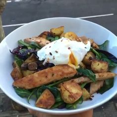 chicken and new potato hash   #leanin15 book   INGREDIENTS:  New potatoes  @lucybeecoconut  Chicken breast  Mushrooms  Mange tout  Red cabbage  Poached egg  Smoked paprika  Fresh spinach  Spring onion  Crushed chilli  #leanin15 #fitfam #food #foodie #nutrition #food #health #fit #fitness #nutrition #foodporn #motivationmonday #healthy #leanin15usa