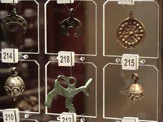 Nr 215 to guz; brąz i srebro, XII-XIII w., dł. 2,1 cm, średn. 1,25 cm, Grochów.