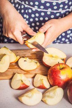 Připravte si zásobu domácích ovocných přesnídávek – na rozdíl od těch kupovaných budou bez přidaného cukru i zahušťovadel a z letní úrody vás vyjdou jen na pár korun! Kefir, Camembert Cheese, Onion, Nom Nom, Smoothie, Dairy, Food And Drink, Peach, Apple