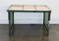 Mesa de hierro y madera hecha con caja industrial de los alemanes Daimler Chrysler.
