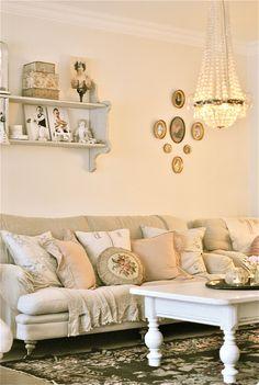 Sofa with Mismatched Pillows - via Sagolika sinnen: Spika upp saker på väggar...