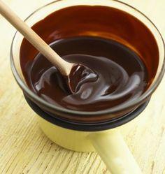 Glassa al cioccolato per ricoprire le torte