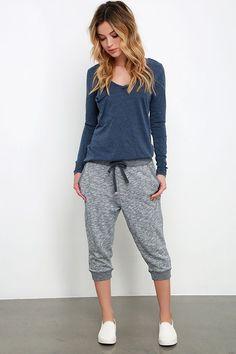 Sueter azul, pantalon gris claro, tenis blancos.