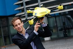 eTU Delft student Alec Momont shows his design of an ambulance drone with a built in defibrilator, Not for sale yet, according to Momont we should see this as a 'concept or a way of thinking'. Latest Drone, New Drone, Phantom Drone, Remote Control Drone, Flying Drones, Health Research, Veterinary Technician, Save Life, The Victim