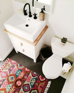 Adorable boho chic small bathroom || @pattonmelo