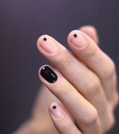 Manucures minimalistes : des petits points discrets