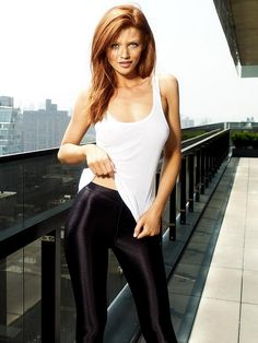 How Rose Weasley would look if she straightened her hair. I think rose Weasley would look similar to Cintia Dicker if she were real. Cintia Dicker, Cara Delevingne, Men's Health Magazine, Carlson Young, Ginger Models, Red Hair Woman, Sports Illustrated Models, Gorgeous Redhead, Gorgeous Women